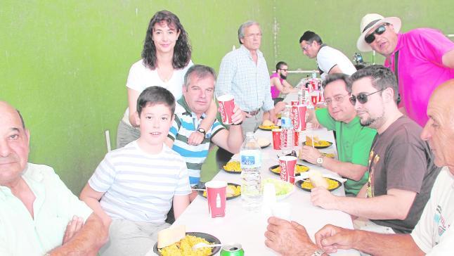 Cerca de 300 vecinos comparten la paella popular de las fiestas en honor a San Juan